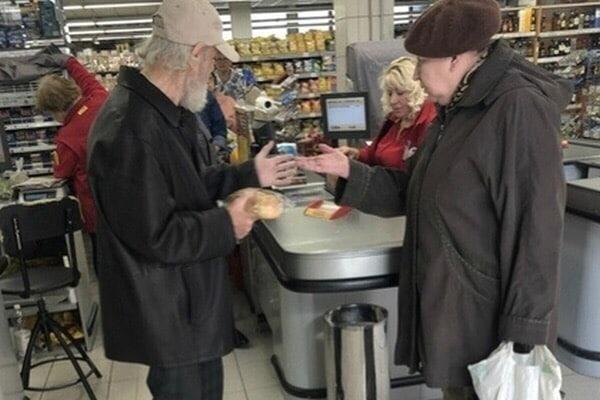 В Москве пенсионеру не продали хлеб за копейки В одном из супермаркетов в Москве пожилому мужчине отказались продать хлеб из-за того, что часть суммы он хотел оплатить десятикопеечными монетами.