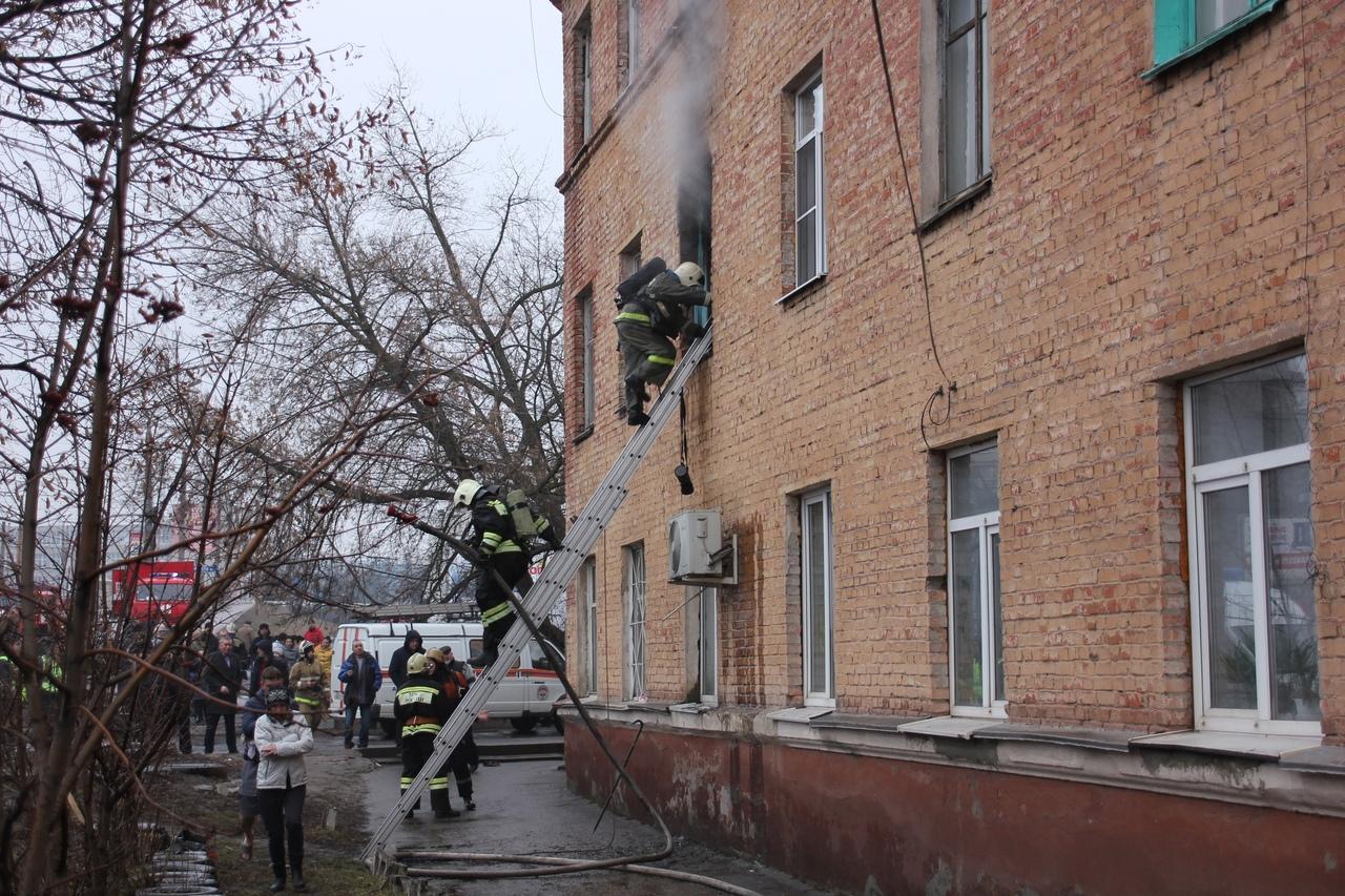 Курские огнеборцы спасли 20 человек из горящей трёхэтажки