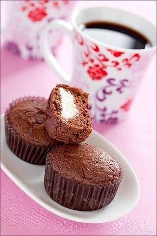 Шоколадно - творожные кексы Кексы- всегда превосходны-особенно свежие, прямо из духовки. Готовятся они легко и быстро. Эти кексы с начинкой настоящий сюрприз для ваших гостей.Время