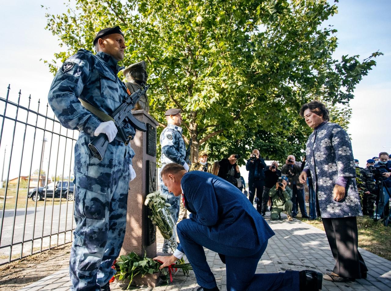 Бюст Андрею Хмелевскому открыли на Аллее Героев под Курском