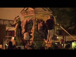 Карма: статуя атаковала чернокожего протестующего