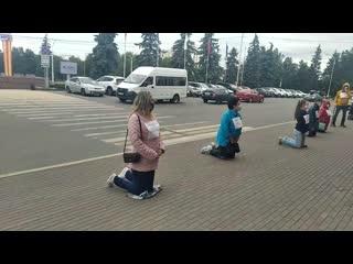 """В Уфе жители встали на колени перед мэрией города с табличками """"Путин  помоги""""   видео"""