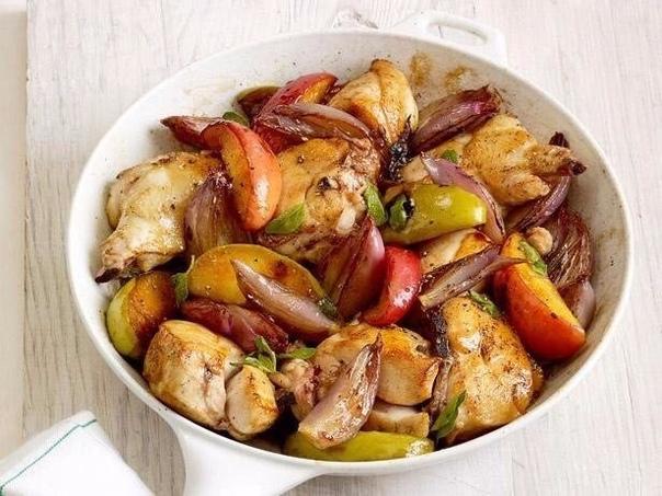 Идеальное куриное филе запеченное с яблоками НУЖНО :Куриное филе - 300 гМолоко 1% - 70 млЯблоко - 1 штПомидоры - 1 штЧеснок - 1 зубчикЛук - ½ штПерец черный молотый - ½ ч. ложкиСоль, специи - по