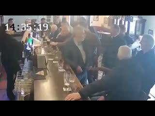 Конор МакГрегор ударил мужчину в баре