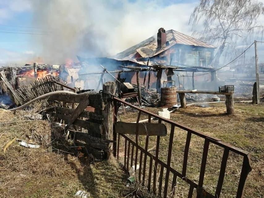 В селе Грачёвка Петровского района сгорели жилой дом и сарай