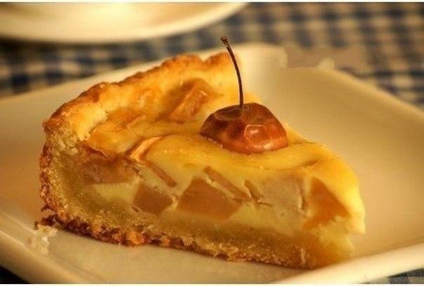 Яблочный пирог Что нужно: Мука 1,5 стаканаСметана 1,5 стаканаМасло сливочное 130 гСода 0,5 ч.л.Яблоки 1 кгЯйцо 1 штСахар 1 стаканЧто делать: 1. Растереть размягченное сливочное масло (130 г) и