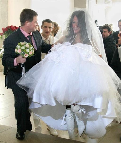 Даже Елена Беркова не постеснялась в фате на свадьбу придти в свое время.