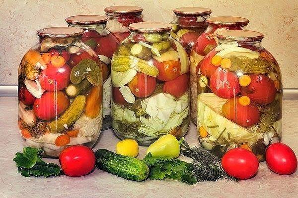 В стерилизованные банки положить, вымытые тщательно, разные овощи( репчатый лук, помидоры, цв