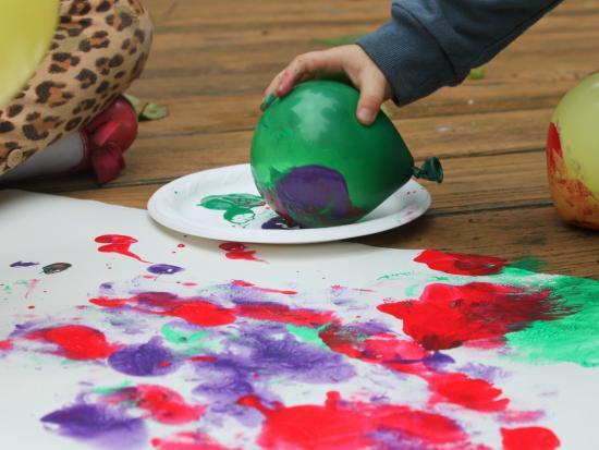 НЕОБЫЧНЫЕ СПОСОБЫ РИСОВАНИЯ ДЛЯ ДЕТЕЙ 1. Если промокнуть губку краской и окунуть в нее ластик от карандаша, то можно нарисовать идеально ровные кружочки. Это может быть точечный рисунок по