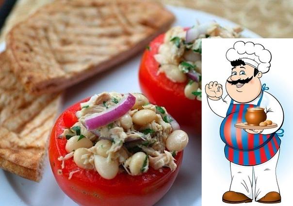 Свежие разноцветные овощи, белая фасоль и нежный тунец  блюдо с настоящим итальянским колоритом
