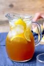 Ледяной чай с лимоном и имбирем