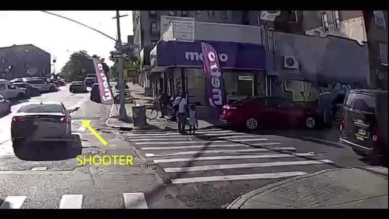 Мужик был застрелен когда переходил улицу со своей 6 ти летней дочкой только за 5 июля 2020 в Нью Йорке было 10 убитых