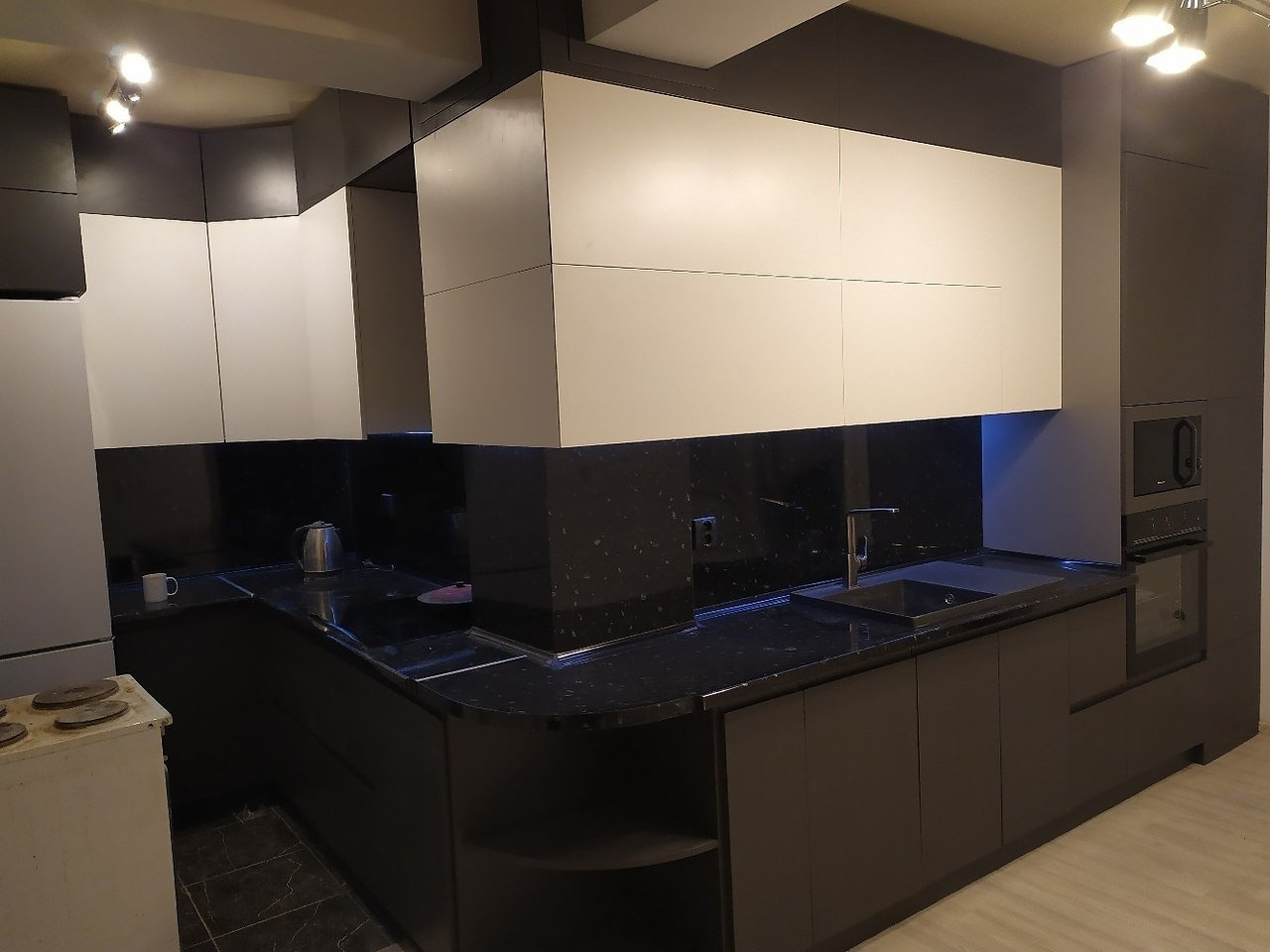 Делюсь фото нашей нестандартной кухни. Как оцените такую?