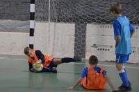 Вратарь (голкипер) это игрок в футболе, защищающий ворота.