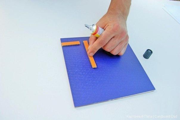 КАРТОННАЯ ИГРОВАЯ СТАНЦИЯ Если у вас дома есть лишний картон, то можно сделать из него настоящую игровую станцию. Она состоит из основы с ручками и трех сменных модулей с играми.Ручки тут не
