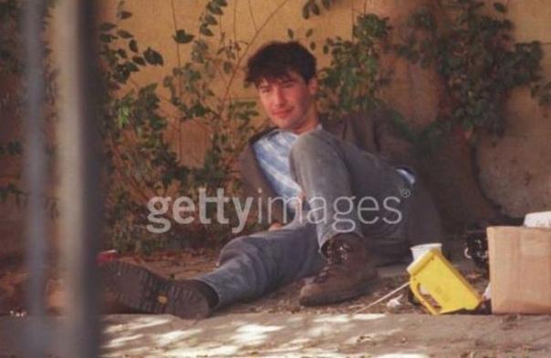 В 1997 году папарацци засняли Киану Ривза в Западном Голливуде во время завтрака с бездомным. Актер гулял, увидел бродягу и решил присесть к нему побеседовать, а заодно угостил сэндвичем и пивом. По словам фотографов, Киану провел за разговором с нищим ок