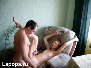 Зрелый сосед трахает голодную худую сучку (Секс Порно Домашнее Любительское)