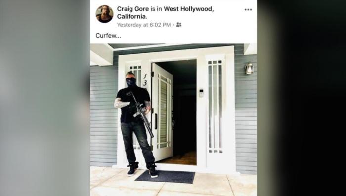 Cценариста и продюсера «Закон и порядок» уволили за пост в фейсбук.Он написал что не позволит мародерам разграбить его дом