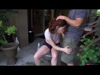 Annabel Redd - рыжая сучка отсасывает у друга во дворе [порно, ебля, инцест, секс, porn, home, домашнее, минет, трах]