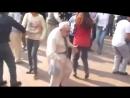 дед бросает костыли и начинает танцевать прикол смехуечки