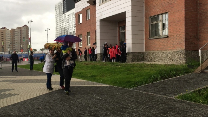 Перуанские болельщики прячутся от дождя