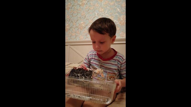 Застукал за тортиком