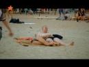Голая красотка уснула на пляже угарный прикол