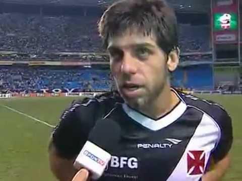 Ovacionado pela torcida, Juninho se emociona no final da partida contra o Botafogo