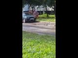 Женщина ломает машину