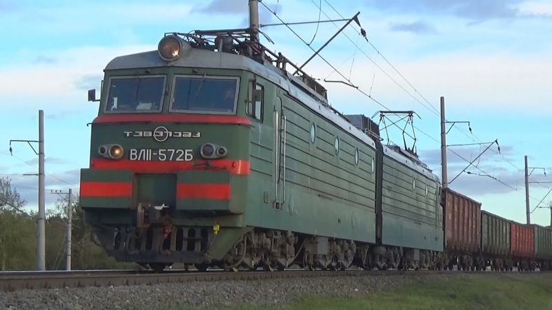 Электровоз ВЛ11 572 с грузовым поездом и с приветливым помощником