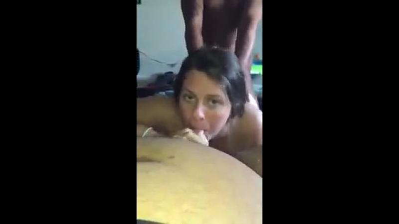 Трахает жену сзади пока та сосет мужу