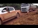Вот как едут по бездорожью зарубежные грузовики