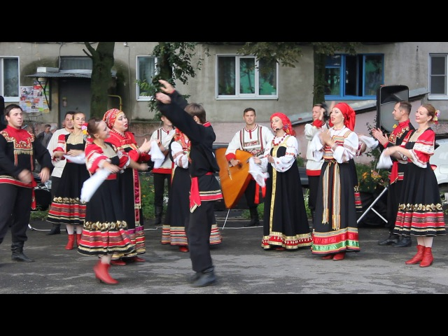 В Старом Осколе на празднике микрорайона выступает Завалинка