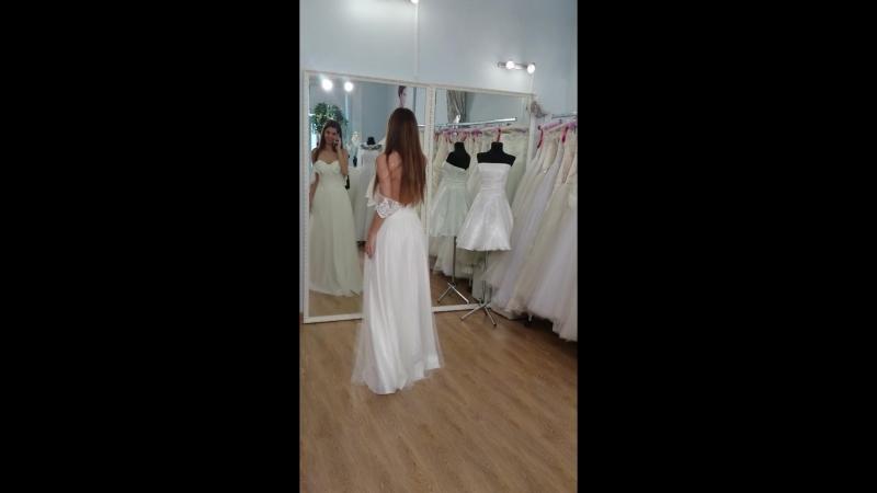 Прямое фатиновое платье с открытой спинкой