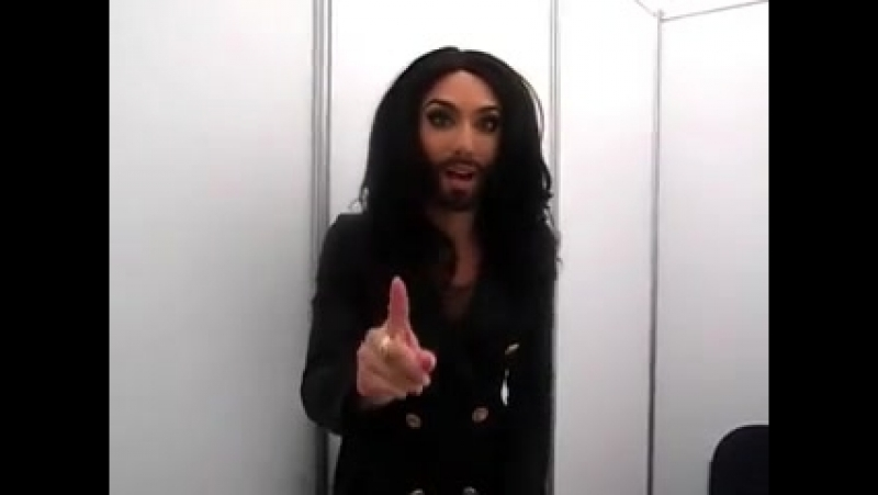 Conchita Wurst (Eurovision 2014) Saluda. 03.05.2014