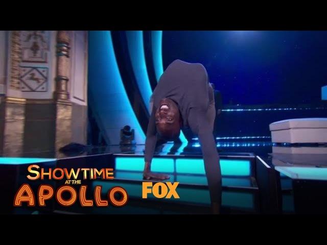 """Актер повторил сцену из фильма """"Экзорцист"""", изобразив походку паука. Многих зрителей его выступление впечатлило и напугало"""