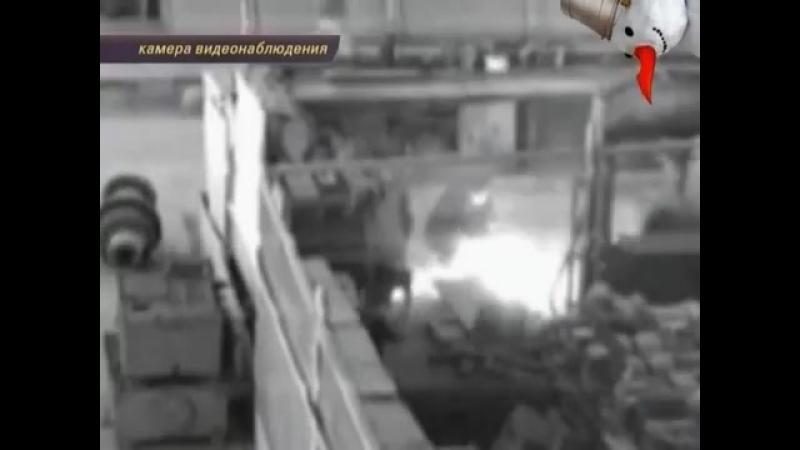 Рабочий завода пытался распилить снаряд болгаркой.