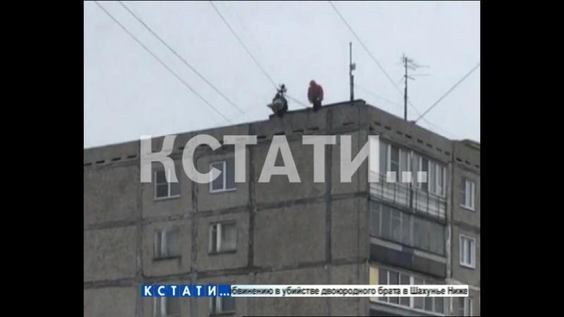 Танцующие с мешками - рабочие на крыше, пританцовывая, скидывают мешки с мусором, не заботясь о пешеходах