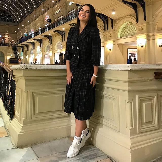 Белые кроссовки: подсматриваем у звезд, как и с чем носить самую модную обувь