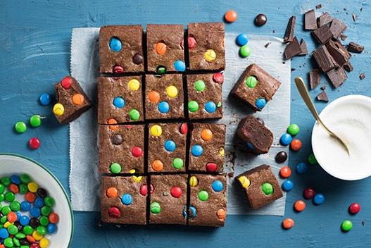 Праздничный брауни с цветными конфетками