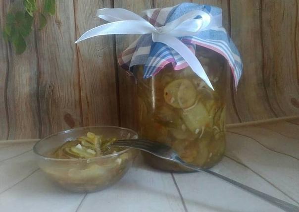 Простой и очень вкусный салатик из огурцов на зиму Сюда можно положить любые огурчики: как маленькие, средние, так и большие переросшие. Очень удобный способ использовать не кондицию