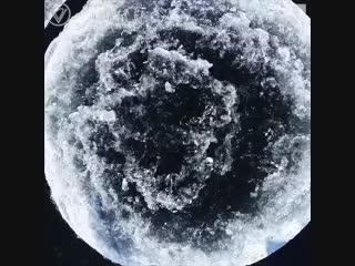 В США на реке Преспумскот обнаружили огромный ледяной круг, похожий на Луну