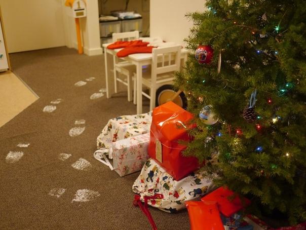 ЧЕТЫРЕ СПОСОБА ДАРЕНИЯ ПОДАРКА ОТ ДЕДА МОРОЗА Если в Новый год к вашему ребенку не приходит вызванный Дед Мороз, то новогоднюю атмосферу могут создать ребенку его близкие. Самый, наверное,