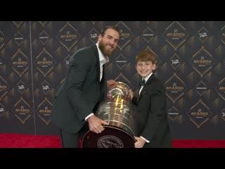 Детский корреспондент Мэтт Дж на красной дорожке на церемонии вручения НХЛ