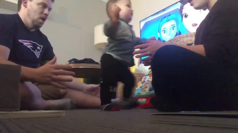 Реакция отца пи первые шаги сына [ЖЮ]
