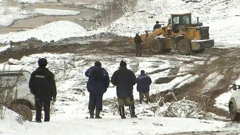 ВКрасноярском крае срассветом возобновились поиски рабочих, которые пропали после прорыва дамбы. Новости. Первый канал