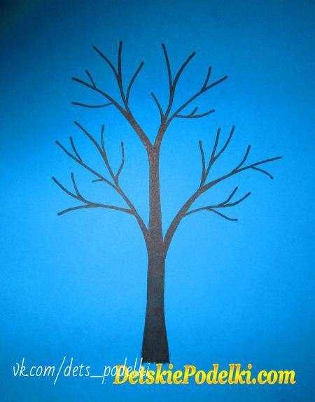 АППЛИКАЦИЯ ЗИМА На бумаге фломастером рисуем дерево. Из кусочков ваты скатываем жгутики и приклеиваем их к ветвям дерева.На заднем плане, из ватных жгутиков, делаем холмы, фломастером рисуем