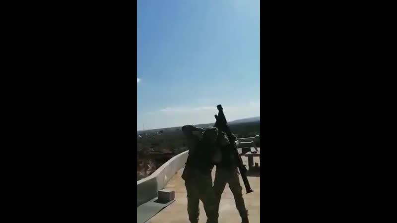 Турецкий военнослужащий осуществляет выстрел из ПЗРК по российскому или сирийскому самолету в районе населенного пункта Кминас
