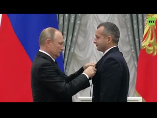 Владимир Путин вручил звезду Героя уральскому пилоту