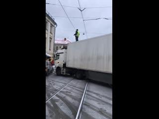 В центре Москвы водитель фуры перекрыл движение из-за задержки зарплаты и ужасных условий труда